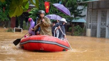 Công an Hà Giang huy động lực lượng hỗ trợ người dân trong vùng ngập lụt