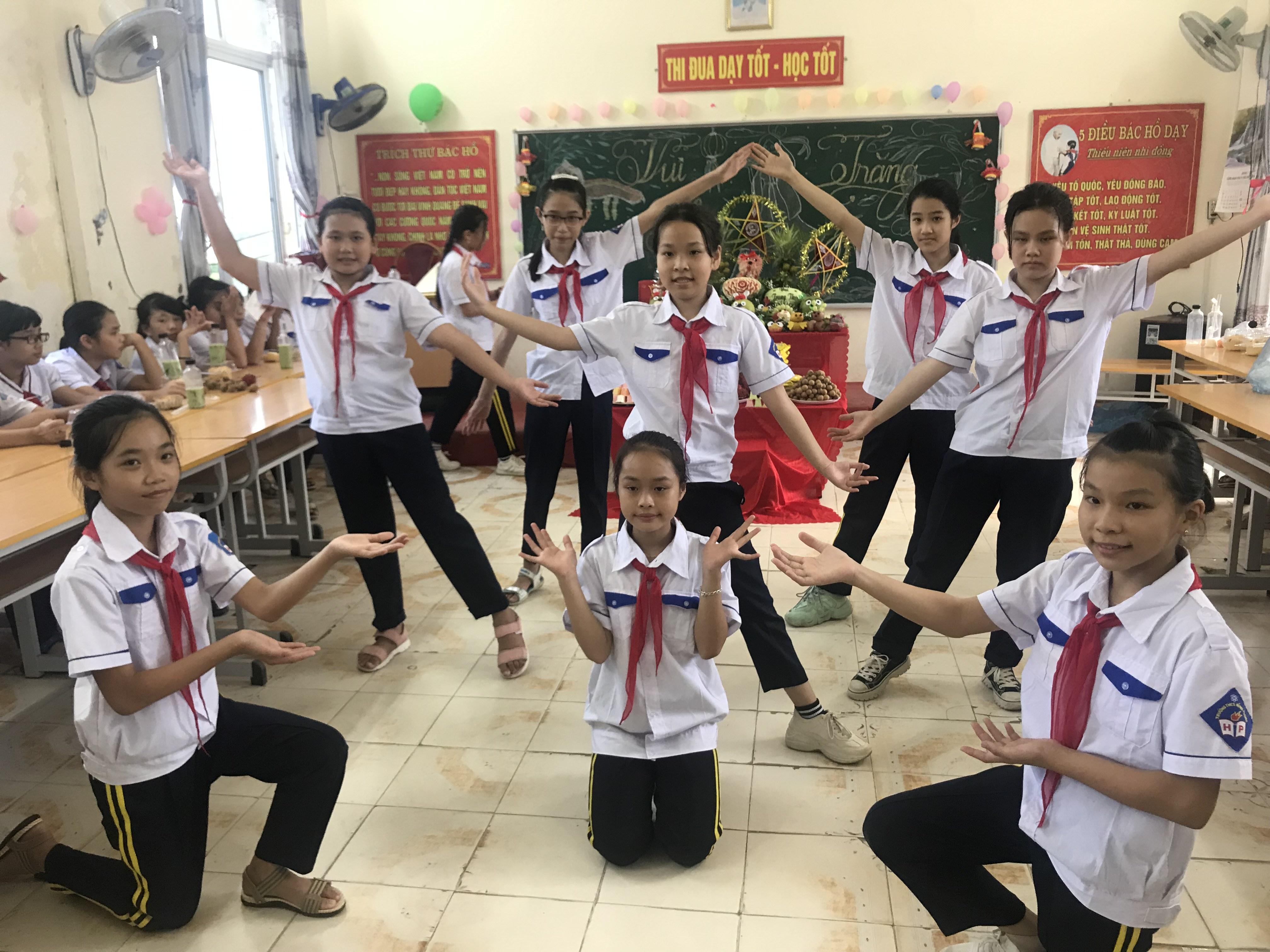 Các tiết mục văn nghệ do các em lớp 6 D1 biểu diễn.