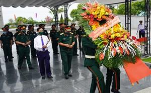 Đoàn công tác Quân ủy Trung ương, Bộ Quốc phòng viếng, dâng hương, tri ân các anh hùng liệt sĩ tại Quảng Trị
