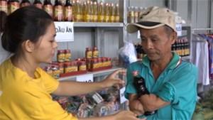 Gia đình ở An Giang bỏ hàng trăm triệu mở cửa hàng 0 đồng phục vụ người nghèo
