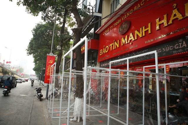 Tiệm vàng trên phố Trần Duy Hưng tăng cường triển khai biện pháp phòng dịch, cho lắp các vách ngăn vài ngày trước ngày vía Thần Tài