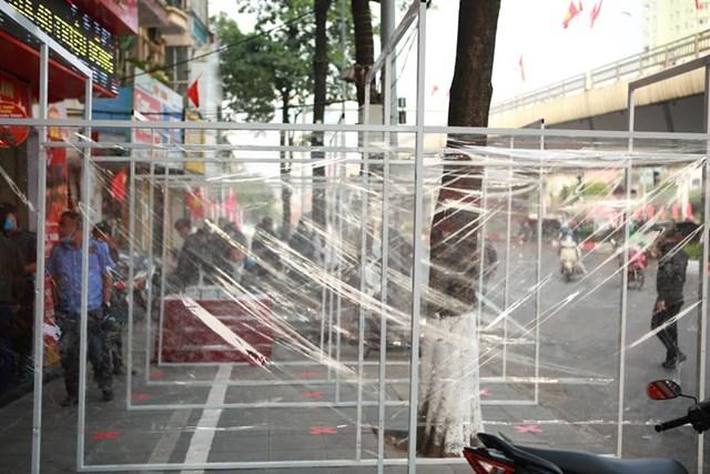 Các tấm vách ngăn bằng ni-lông trong suốt để phòng chống dịch bệnh khi dự kiến lượng khách đông