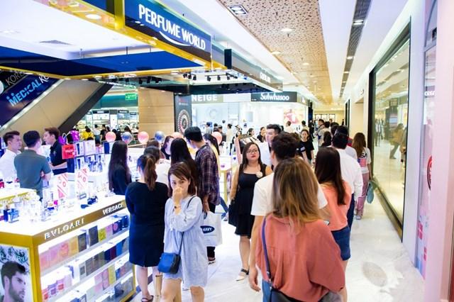 Các trung tâm thương mại ghi nhận lượng khách hàng ùn ùn đổ về mua sắm, giải trí…trong dịp cuối tuần.
