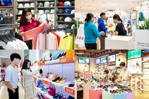 Thời gian này, để thu hút khách sau thời gian dài giãn cách, nhiều nhãn hàng lớn tại các TTTM cũng liên tục tung ra những ưu đãi, giảm giá hấp dẫn. Đây chính là thời điểm mua sắm thông minh dành cho người tiêu dùng khi có cơ hội mua được những sản phẩm giá tốt.