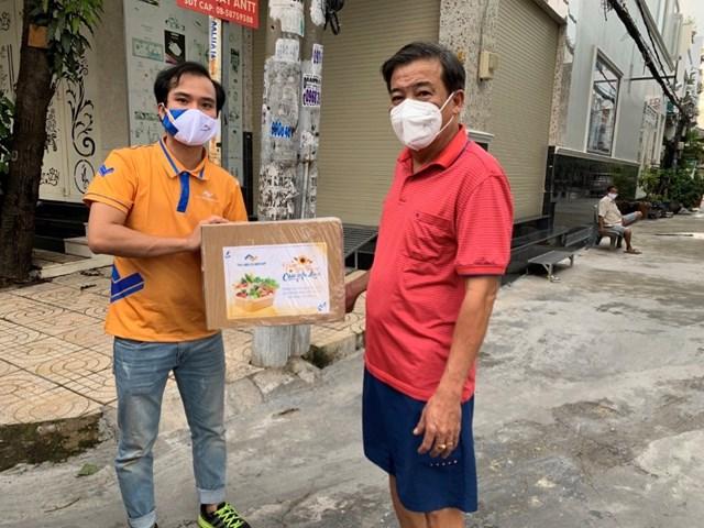 Tập đoàn Thắng Lợi tặng hơn 2.000 thùng quà đến khách hàng trong mùa dịch - Ảnh 1