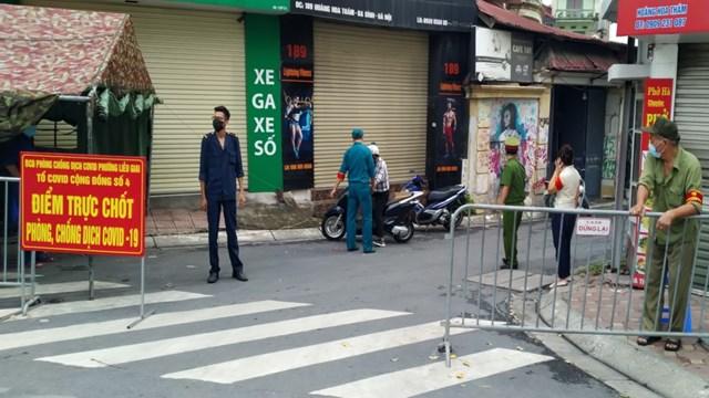 Tổ công tác nghiêm túc thực hiện kiểm tra giấy tờ đi đường của người dân tại chốt kiểm soát dịch trên địa bàn phường Liễu Giai