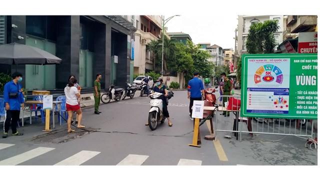 CAP cùng thành viên tổ công tác thực hiện kiểm tra giấy đi đường của người dân