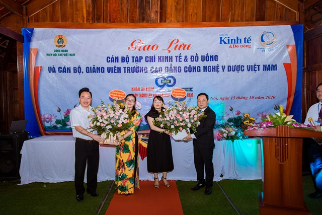 Lãnh đạo 2 đơn vị tặng hoa chúc mừng nhân dịp Kỷ niệm 90 năm Ngày thành lập Hội Liên hiệp Phụ nữ Việt Nam.
