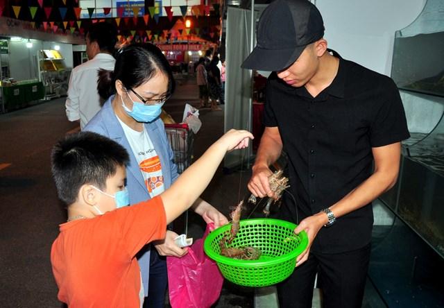 Người dân Hà Nội mua các sản phẩm hải sản tươi sống của Quảng Ninh được bày bán ở Trung tâm Thương mại Big C Thăng Long. Ảnh: Minh Hà