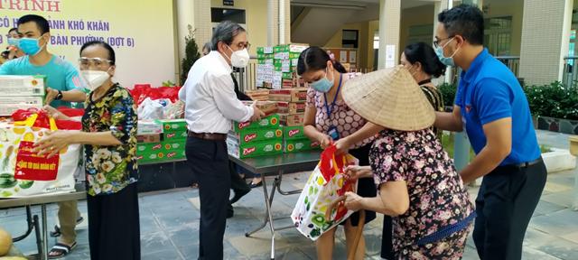 Người dân nhận phần quà hỗ trợ từ đồng chí Hoàng Minh Dũng Tiến - Bí thư Quận ủy Ba Đình