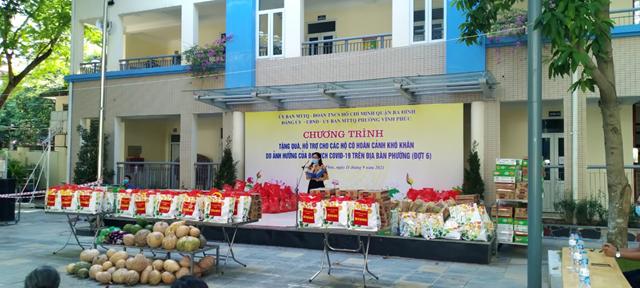 Đồng chí Ngô Thị Thúy Lan - Phó Bí thư Đảng ủy phường Vĩnh Phúc phát biểu trong buổi lễ