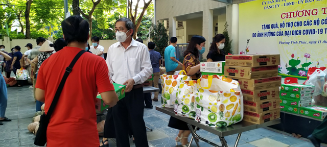 Bí thư quận Ba Đình trực tiếp trao tặng quà hỗ trợ hộ dân hoàn cảnh khó khăn tại chương trình diễn ra trên địa bàn phường Vĩnh Phúc