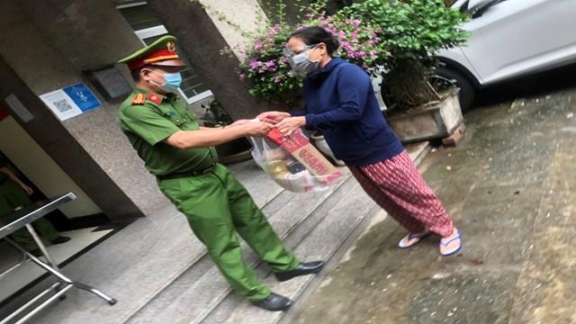 Trung Tá Phạm Văn Thịnh - Trưởng Công An phường Cống Vị trao quà cho người dân