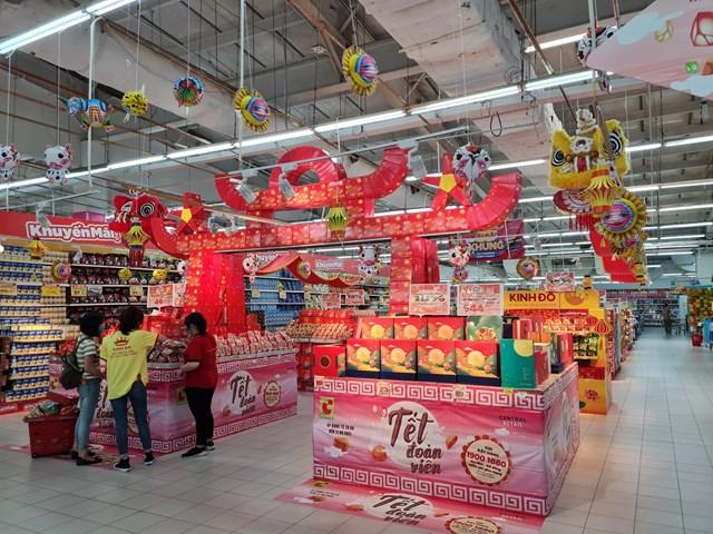 Nhiều thương hiệunăm nay đều sản xuất cầm chừng và đẩy mạnh kênh bán hàng trực tuyến, đưa bánh Trung thu lên các sàn thương mại điện tử như Lazada, Shopee, Tiki các website chính thức của doanh nghiệp, một số thì bán qua các siêu thị và Trung tâm thương mại.