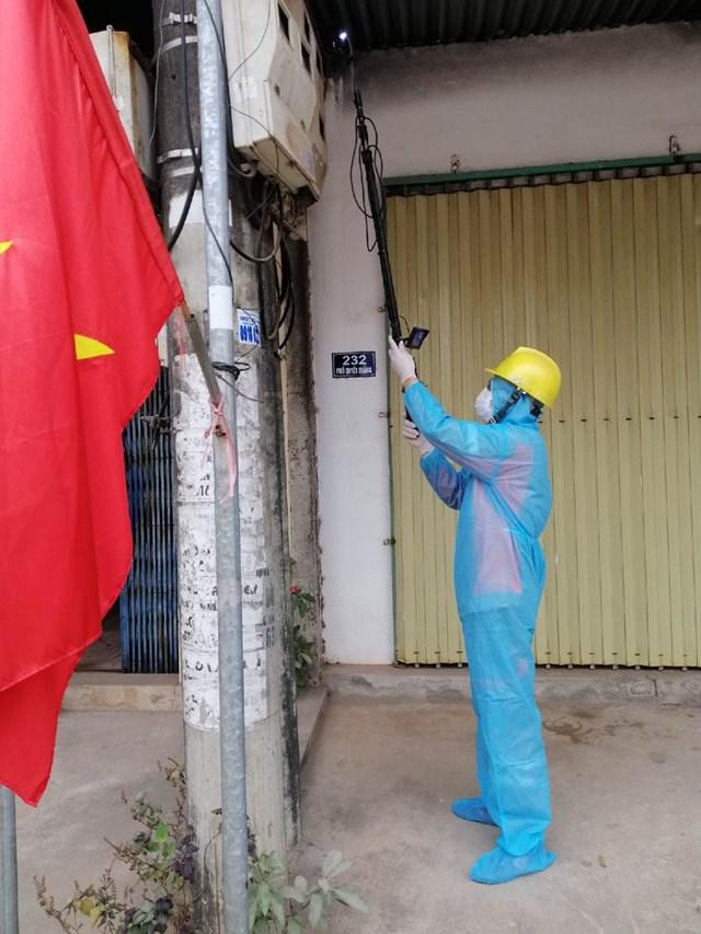 Công nhân điện lực Chí Linh thực hiện đo chỉ số công tơ