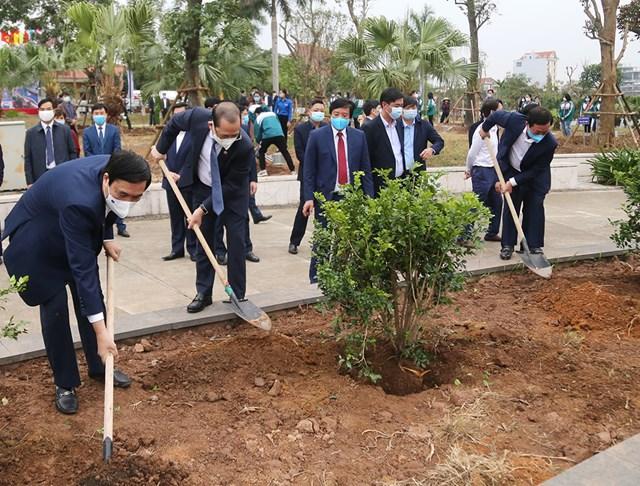 Các lãnh đạo tỉnh tham gia trồng cây tại Lễ phát động