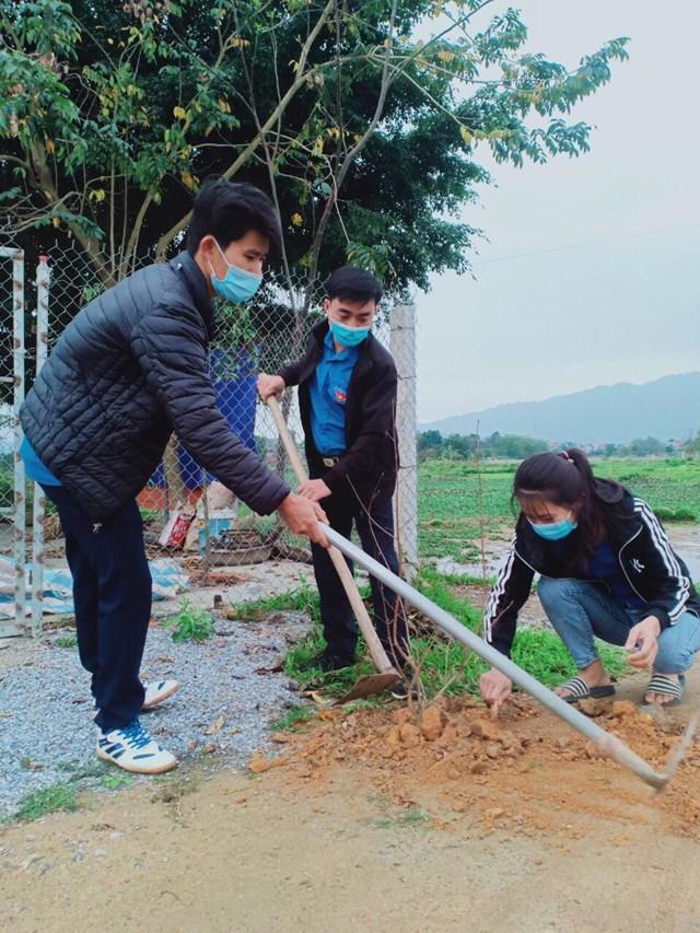Đồng chí Hà Xuân Bình – Bí thư Đoàn thanh niên xã Sơn Thủy (đứng giữa) tham gia trồng cây tại tuyến đường mới nối vào trước trụ sở UBND xã Sơn Thủy