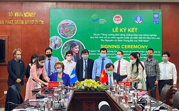 Lễ ký kết Văn kiện dự án giữa Thứ trưởng Nguyễn Hoàng Hiệp và bà Caitli Wiesen -Trưởng đại diện UNDP