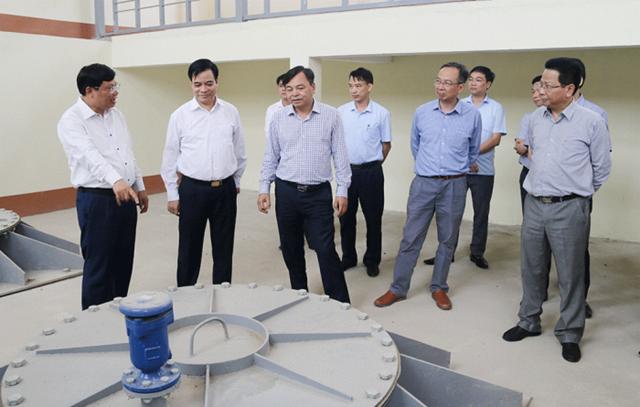 Thứ trưởng Bộ NN&PTNT Nguyễn Hoàng Hiệp và Phó Chủ tịch UBND tỉnh Nguyễn Thanh Hải đi kiểm tra thực địa tại trạm bơm tiêu Dậu Dương (huyện Tam Nông)