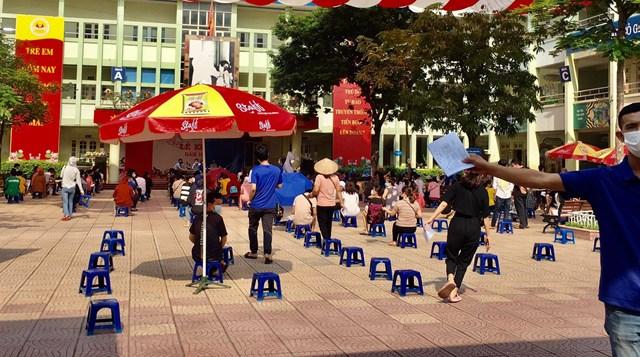 Tại điểm tiêm vắc xin ở trường Tiểu học Mai Dịch, phường Mai Dịch được thực hiện đảm bảo, an toàn - Ảnh: Sơn Thủy