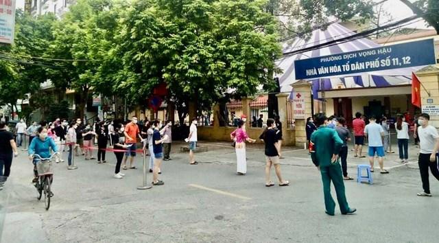 Điểm tiêm vắc xin Covid-19 tại phường Dịch Vọng Hậu - Ảnh: Sơn Thủy