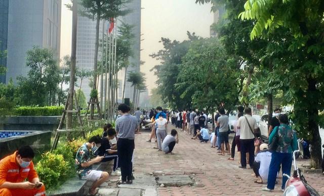 Điểm tiêm vắn xin Covid -19 tại trụ sở Công ty FPT trên địa bàn phường Dịch Vọng Hậu, sáng ngày 12/9 - Ảnh: Sơn Thủy