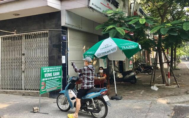 Tại điểm chốt kiểm soát dịch Covid -19 tổ dân phố số 10, ngõ 61 phường Quan Hoa được kiểm soát ra vào chặt chẽ đảm bảo công tác an toàn vùng xanh - Ảnh: Sơn Thủy