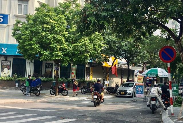 Công tác chốt kiểm soát tại ngõ 92 đường Nguyễn Khánh Toàn, phường Quan Hoa thắt chặt kiểm tra ra vào nghiêm ngặt - Ảnh: Sơn Thủy
