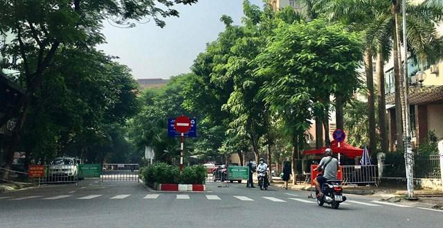 Tại chốt kiểm soát dịch Covid-19 đường Trần Quý Kiên, phường Dịch Vọng lực lượng công an phường tăng cường kiểm tra người dân ra vào nghiêm ngặt chặt chẽ đảm bảo công tác an toàn vùng xanh - Ảnh: Sơn Thủy