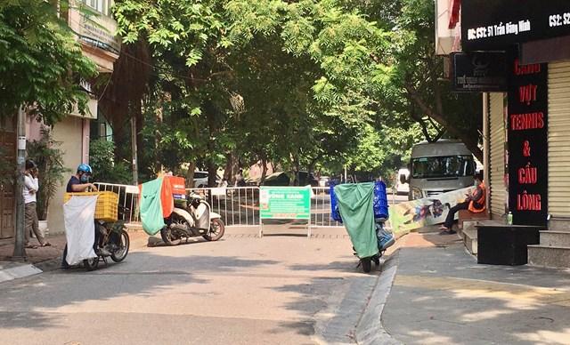 Điểm chốt kiểm soát số 51 đường Trần Đăng Ninh, phường Dịch Vọng những Grab giao hàng nhanh được đảm bảo an toàn, giao hàng phía ngoài chốt - Ảnh: Sơn Thủy
