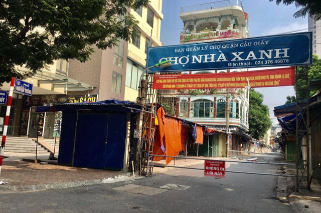 Khu chợ nhà Xanh đường Phan Văn Trường, phường Dịch Vọng Hậu những ngày chưa bùng nổ dịch nơi đây luôn luôn đông người sầm uất mua bán, nhưng đến nay nơi đây đã được chốt chặt kiểm soát không một bóng người - Ảnh: Sơn Thủy