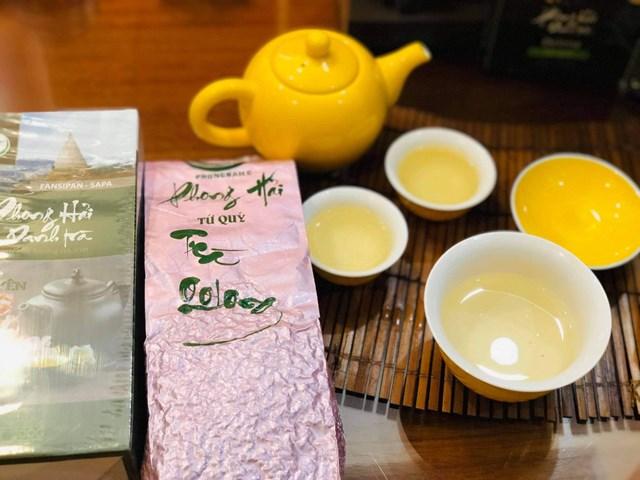 Giống trà để tạo ra Oolong Tứ Quý là giống chè Camellia Sinensis có lá thon nhỏ màu xanh đậm, răng cưa đều với 26-38 đôi răng cưa, có 6 đôi gân lá, lá dày chồi mềm, búp hơi ánh tím.