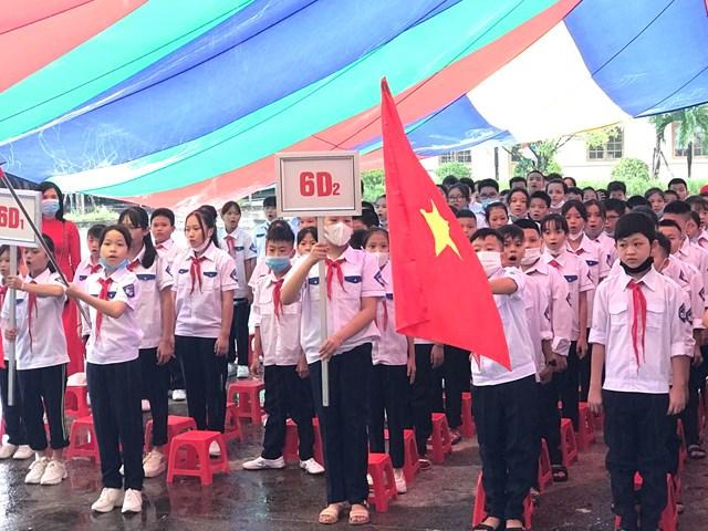 Các em học sinh khối 6 làm lễ chào cờ