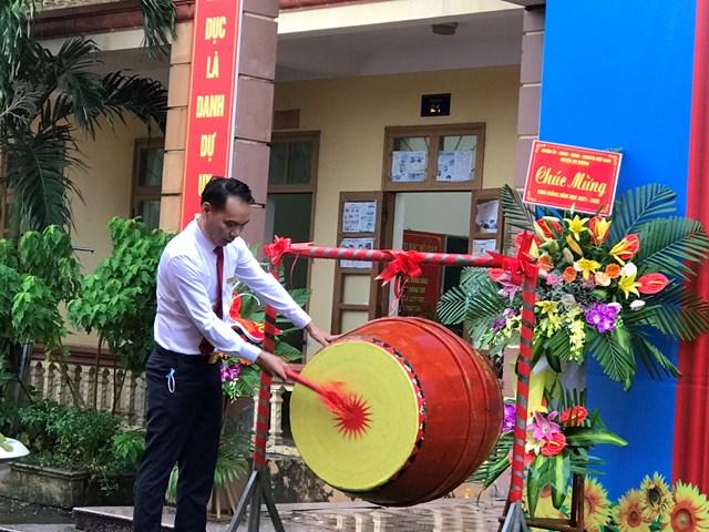 Thầy giáo Nguyễn Mạnh - Hiệu trưởng nhà trường đánh trống khai giảng năm học mới