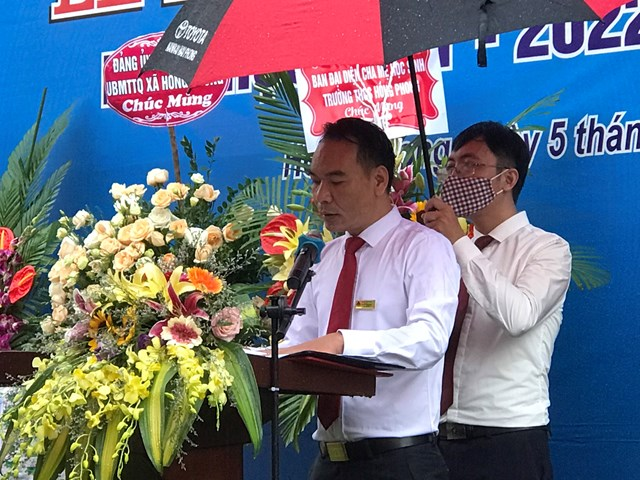 Thầy Nguyễn Mạnh Hùng- Hiệu trưởng Trường THCS đọc diễn văn khai mạc năm học mới 2021-2022