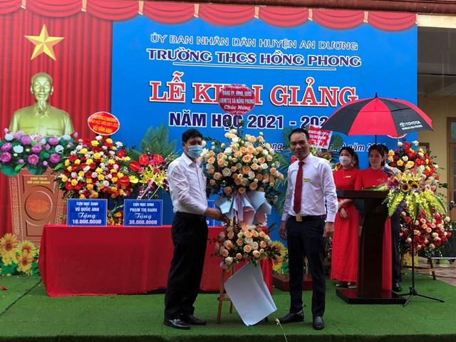 Lãnh đạo địa phương tặng lẵng hoa tươi thắm chúc mừng năm học mới.