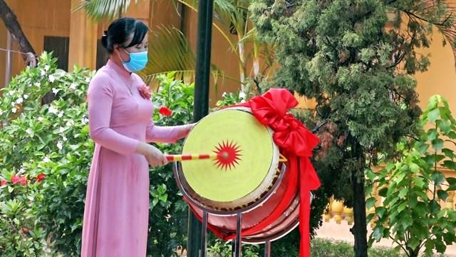 Cô giáo Trần Thị Lan Phương Hiệu trưởng nhà trường đánh trống khai giảng năm học mới.