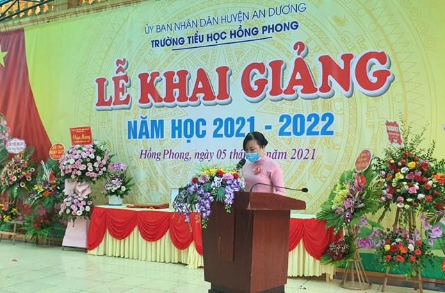 Cô Trần Thị Lan Phương - Hiệu trưởng nhà trường đọc diễn văn khai giảng năm học mới 2021-2022