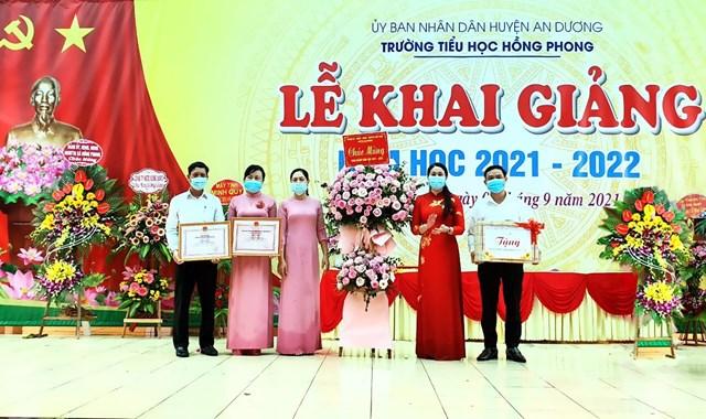 Lãnh đạo Huyện An Dương trao bằng công nhận đạt chuẩn Quốc gia cho Ban giám hiệu nhà trường.