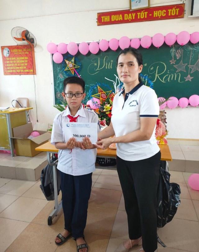 Nhà trường trao quà cho học sinh có hoàn cảnh khó khăn.