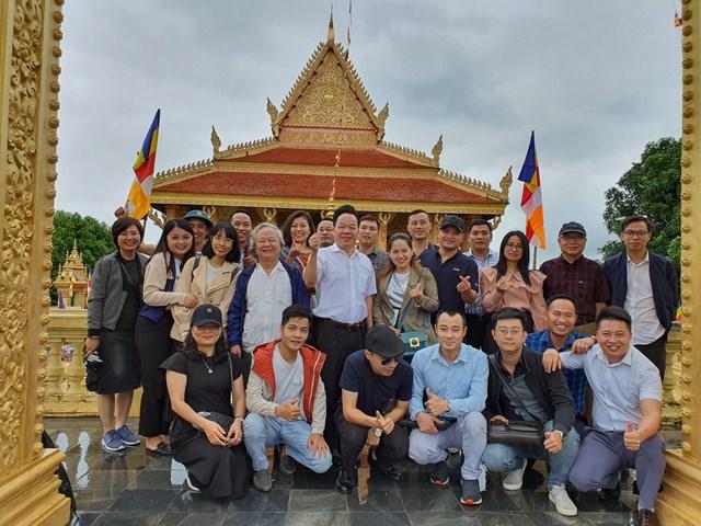 Tập thể phóng viên, cán bộ, nhân viên Tạp chí Kinh tế và Đồ uống tham quanLàng Văn hóa Du lịch các Dân tộc Việt Nam.