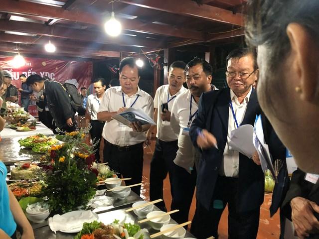 Ban Giám khảo tiến hành chấm điểm cac món ăn