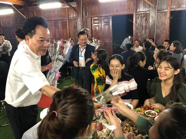 Đại diện lãnh đạo tặng hoa các chị em phụ nữ có mặt tại buổi giao lưu