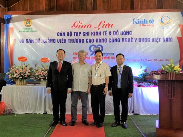 Ảnh từ trái qua phải: ôngĐinh Thanh Tùng – Phó Tổng biên tập; ông Nguyễn Hữu Tài - Chủ tịch Hiệp hội Chè Việt Nam, ông Nguyễn Quốc Hùng - Tổng biên tập, ông Nguyễn Văn Tuấn – Hiệu trưởng nhà trường