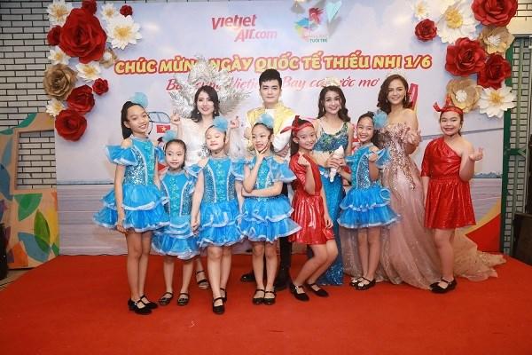 Các diễn viên Nhà hát Tuổi trẻ trong trang phục hoá trang đón tiếp các bé từ cửa với niềm hân hoan
