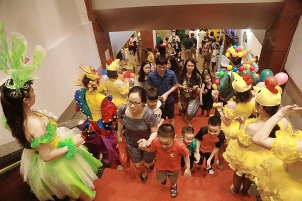 Khán giả nhí hào hứng tới rạp Tuổi Trẻ dự Ngày hội của bé
