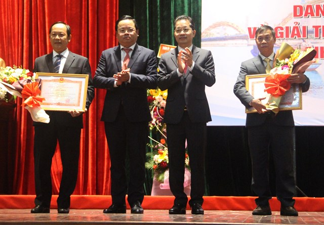 Thừa ủy quyền Thủ tướng Chính phủ, Bí thư Thành ủy Nguyễn Văn Quảng và Phó Chủ tịch HĐND thành phố Lê Minh Trung trao Bằng khen của Thủ tướng Chính Phủ cho 2 cá nhân có thành tích xuất sắc trong hoạt động y tế.