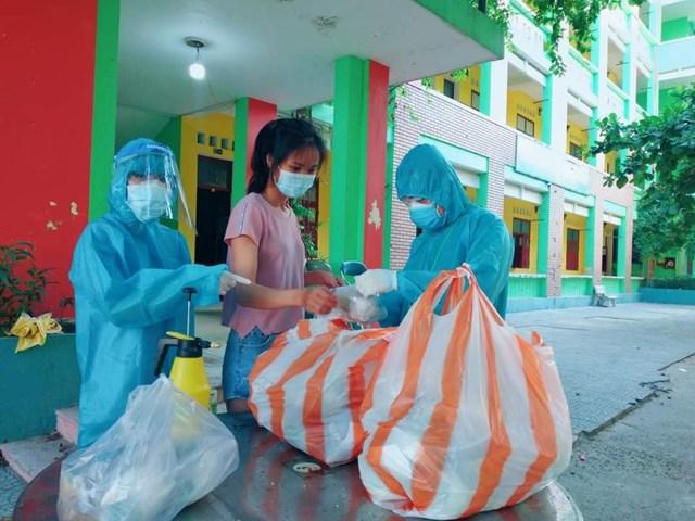 Đoàn viên thanh niên hỗ trợ vận chuyển đồ ăn trong khu cách ly. Ảnh: Thành đoàn Đà Nẵng