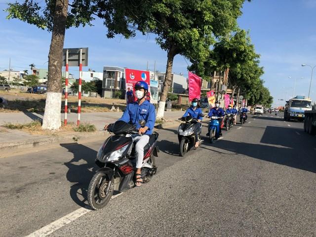 Đoàn viên thanh niên phường An Khê tuyên truyền về công tác bầu cử tại khắp các tuyến đường.
