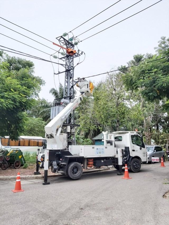 Đảm bảo an toàn cho người tham gia giao thông lúc khắc phục sự cố điện.